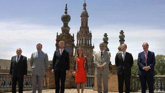 Los ministros de Defensa de Turquía, Alemania, Bélgica, España, Francia, Luxemburgo y Reino Unido, en la Plaza de España de Sevilla tras para analizar el A400M.   Foto: Juan Carlos Muñoz