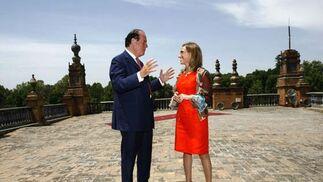 Carme Chacón escucha al ministro británico de Defensa, Quentin Davies, en la Plaza de España.  Foto: Javier Barbancho (Reuters)