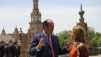 Carme Chacón escucha al ministro británico de Defensa, Quentin Davies, en la Plaza de España.  Foto: Cristina Quicler (Afp)