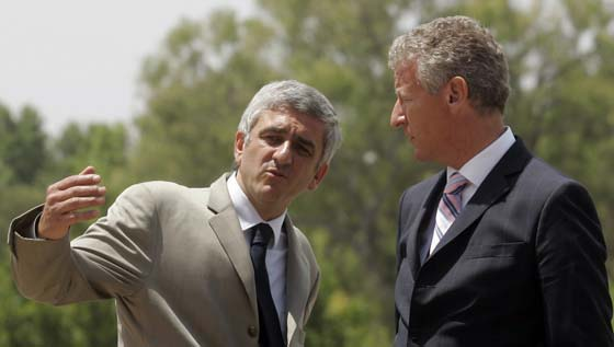 Los ministros de Defensa de Francia (Hervé Morin) y Bélgica (Pieter de Crem) charlan en la Plaza de España.  Foto: Javier Barbancho (Reuters)