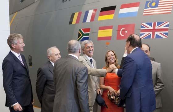 Los ministros de Defensa de Francia y Reino Unido se felicitan efusivamente entre el resto de ministros de los países socios del proyecto durante su visita a EADS-CASA para ver el A400M.  Foto: Julio Muñoz (Efe)