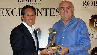 Pedro Robles entrega el galardón al periodista José Antonio Sánchez Araújo.  Foto: Victoria Ramírez