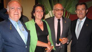 Javier Criado, Hermano Mayor de Pasión; Nena Orúe, Fernando Gelán, Medalla de Oro de la Ciudad; y Joaquín Sáinz de la Maza,  Foto: Victoria Ramírez