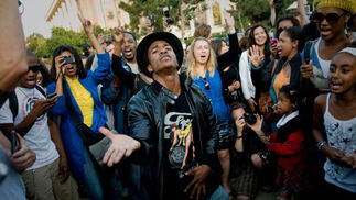 Un imitador en las calles de Los Ángeles rinde su particular homenaje a 'Jacko'  Foto: Reuters, Efe, Afp
