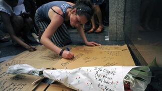 Dedicatorias y ramos de flores con mensajes de condolencias.  Foto: Reuters, Efe, Afp