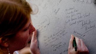 Mensajes de ánimo para los familiares.  Foto: Reuters, Efe, Afp
