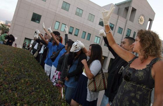El hospital de UCLA se convirtió en lugar de peregrinación de los 'fans'.  Foto: Reuters, Efe, Afp