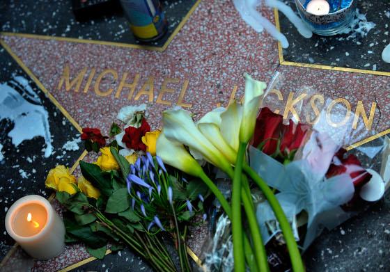 Velas y flores en su estrella del paseo de la fama de Hollywood.  Foto: Reuters, Efe, Afp