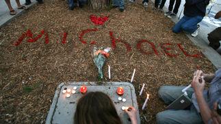 Los fans encendieron velas en entrada del hospital.  Foto: Reuters, Efe, Afp