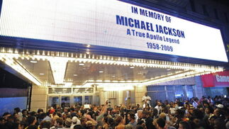 Una multitud de seguidores llora la muerte de 'Jacko'  Foto: Reuters, Efe, Afp