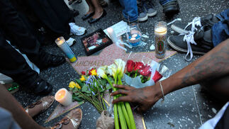 Los fans de Michael Jackson se concentraron en su estrella del paseo de la fama de Hollywood.  Foto: Reuters, Efe, Afp