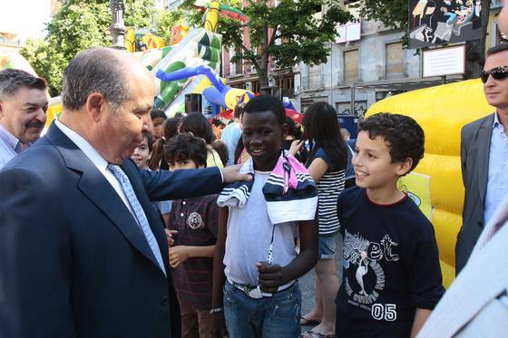 El alcalde visió la plaza Bib-rambla donde se desarrollan numerosas actividades para los pequeños  Foto: María de la Cruz