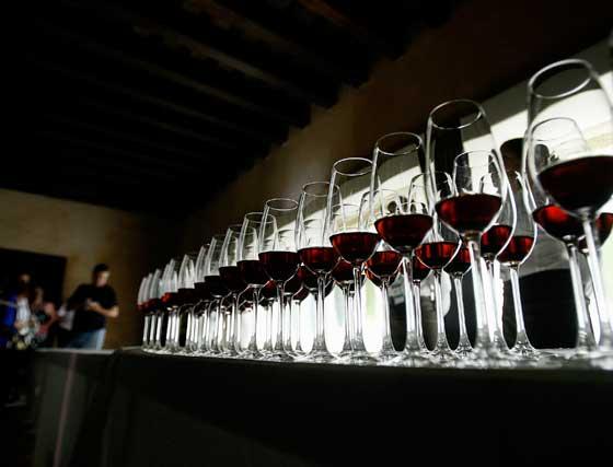 Copas de vino dispuestas para una de las armonías en la Torre del Homenaje.  Foto: Pascual