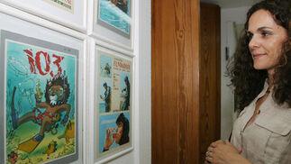 La directora de Ikea en Jerez, Almudena Plaza, observa algunos de los carteles.   Foto: Vanesa Lobo