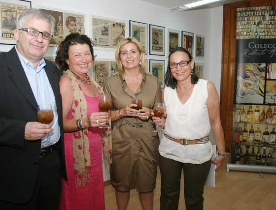 Roberto Amillo junto a Paz Ivison, Rosa Rodríguez y la mujer del coleccionista, Angelines Cabello.    Foto: Vanesa Lobo