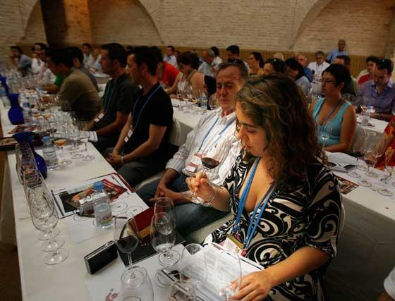 El público disfrutó ayer de la cata magistral de Oporto en La Mezquita.  Foto: Pascual