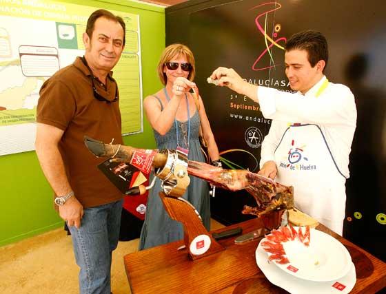 Ayer hubo degustación de jamón de Huelva en el stand de la Junta.  Foto: Pascual