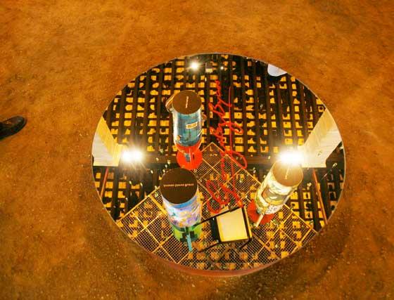 Detalle del 'pozo' de cristal, que refleja las botellas que lo sobrevuelan.   Foto: Pascual