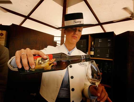Una azafata de Garvey sirve una copa de un vino especialmente etiquetado por un diseñador.  Foto: Pascual