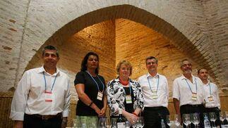 Los seis Master of Wine, con el comisario de Vinoble Panco Campo (i) al frente, ayer antes de la cata magistral.  Foto: Pascual