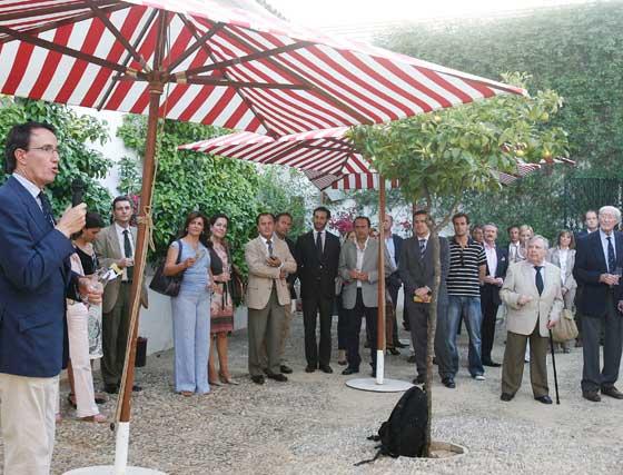 Mauricio González-Gordon, en el discurso de bienvenida de la muestra, ante la atenta mirada de asistentes al acto.   Foto: Pascual
