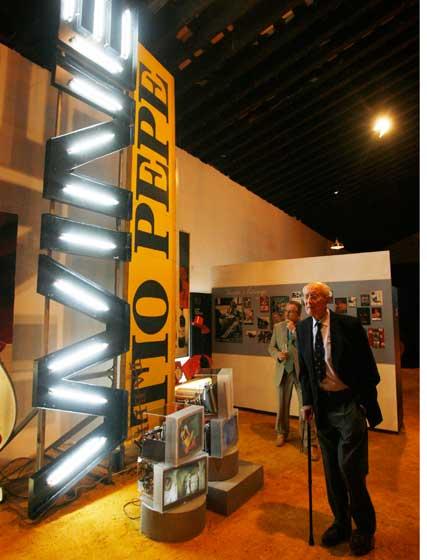 Mauricio González-Gordon observa una de las instalaciones.  Foto: Pascual