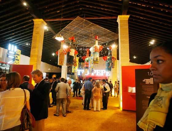 Panorámica de la exposición de González Byass, durante la inauguración de la muestra, ayer   Foto: Pascual