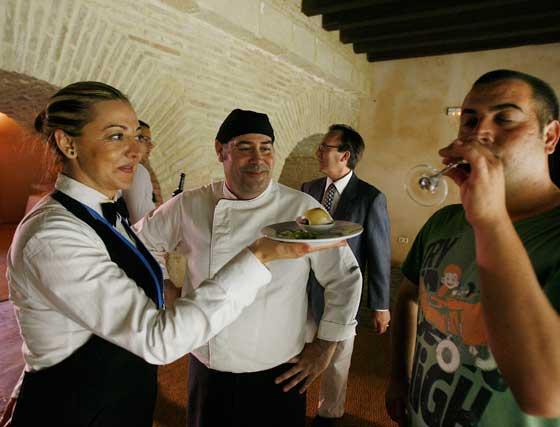 Rafael Aranda, chef del catering 'Las Vides', contempla ayer el maridaje. Tras él, el sumiller Pepe Gil.  Foto: Pascual