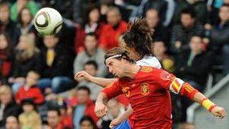 España sufre para superar a Corea en su penúltimo amistoso antes de viajar a Sudáfrica. / AFP