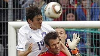 España sufre para superar a Corea en su penúltimo amistoso antes de viajar a Sudáfrica. / EFE