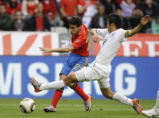 España sufre para superar a Corea en su penúltimo amistoso antes de viajar a Sudáfrica. / Reuters