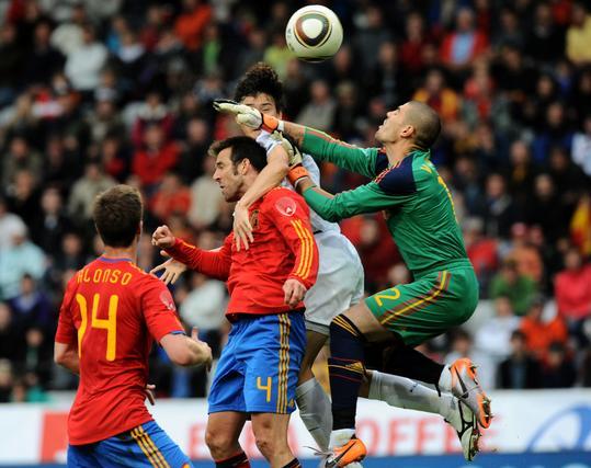 Valdes falla en una salida en su debut con la selección. / AFP