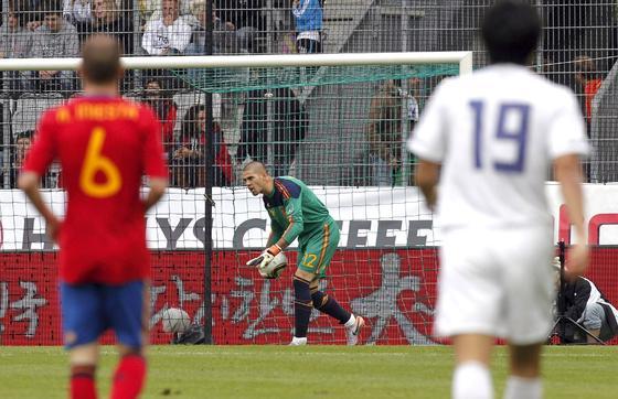 Valdés recoge un balón fácil. /EFE