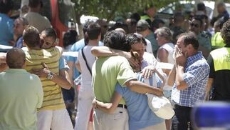 Familiares de los fallecidos se abrazan. / José Ángel García