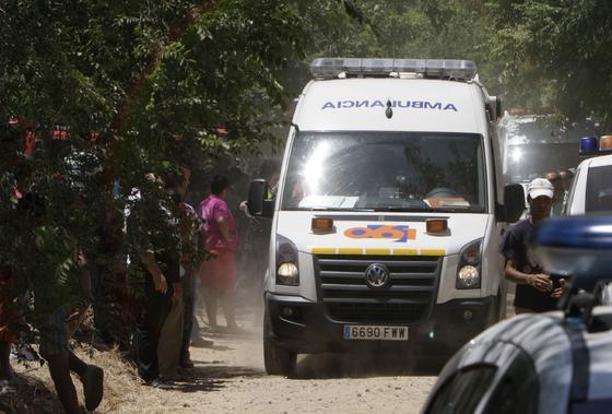 Una ambulancia sale del lugar de la deflagración. / José Ángel García