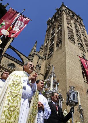 El arzobispo Asenjo a su paso del desfile militar.  Foto: Juan Carlos Váquez