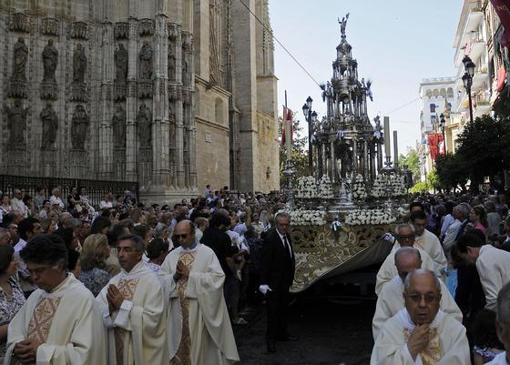 La Custodia a su paso por la Avenida de la Constitución.  Foto: Juan Carlos Váquez