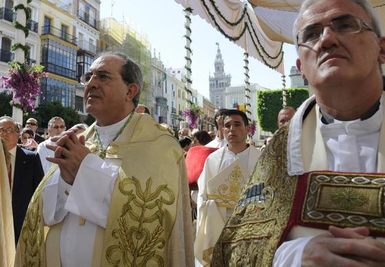 Juan José Asenjo acompaña por primera vez a la procesión como arzobispo de Sevilla.   Foto: Juan Carlos Váquez