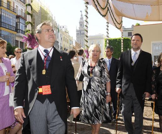 Juan Ignacio Zoido durante el cortejo con Rosa Mar Prieto-Castro y Alfredo Sánchez Monteseirín detrás.  Foto: Juan Carlos Váquez