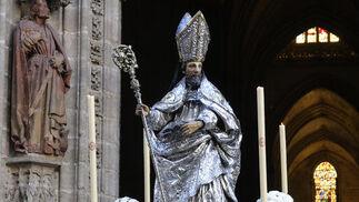 El paso de San Isidoro que aparece vestido de obispo y portando sus etimologías.  Foto: Juan Carlos Váquez