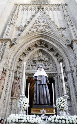 El nuevo paso de Santa Ángela de la Cruz a su salida de la Catedral.  Foto: Juan Carlos Váquez