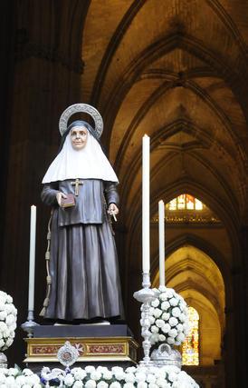 El paso de Santa Ángela estaba adornado con claveles blancos.  Foto: Juan Carlos Váquez