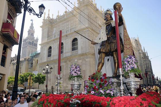 El patrón de Sevilla, San Fernando, porta en las manos lae spada, la bola y va tocado con corona.  Foto: Juan Carlos Váquez