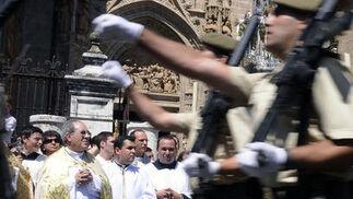 El arzobispo de Sevilla, Juan José Asenjo, pendiente del desfile militar.  Foto: Juan Carlos Váquez