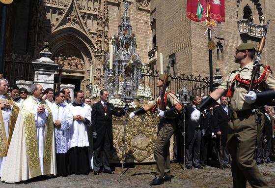 Los militares pasan delante de la Custodia.  Foto: Juan Carlos Váquez