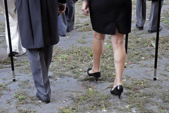 El romero aguarda las pisadas de los representantes que desfilan.  Foto: Juan Carlos Váquez