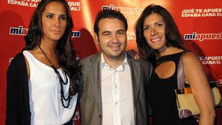 La modelo Cristina Tolon, Daniel Pérez, director general del ICAM, y Claudia La Valle, relaciones públicas de Miapuesta.com.  Foto: Victoria Ramírez