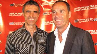 El recién renovado entrenador del Sevilla FC, Antonio Álvarez, con el entrenador del Betis Víctor Fernández.  Foto: Victoria Ramírez
