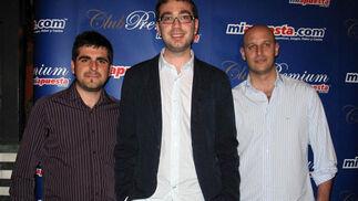 Los periodistas José Sanchis y Axel Torres, de Gol TV, con Ronny Nessim, director deportivo de miapuesta.com.  Foto: Victoria Ramírez