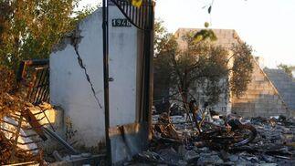 Agentes de los Tedax y de la Policía Judicial investigan las causas de la deflagración.  Foto: Belén Vargas